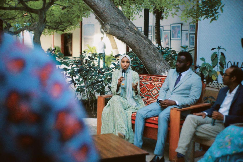 Sagal Ali, a sinistra, nel corso di un incontro presso la Somali Arts Foundation
