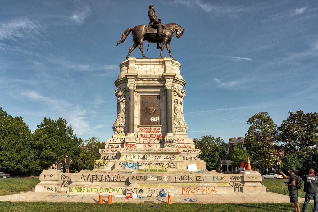 Statua del Generale Lee con plinto scritto