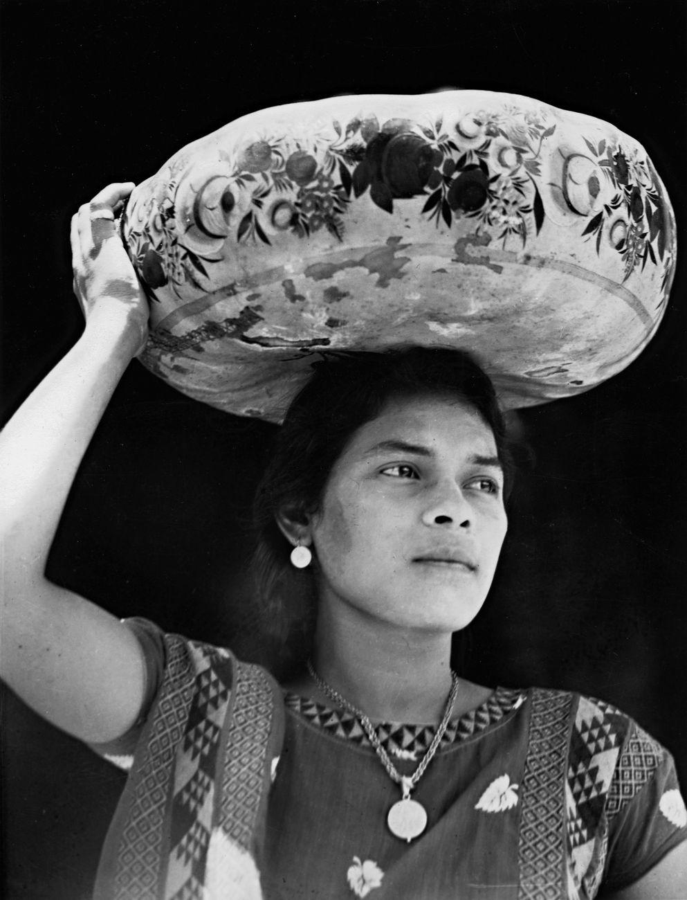 Tina Modotti, Le donne di Tehuantepec portano frutta e fiori sulla testa, dentro zucche dipinte chiamate jicapexle, 1929 © Tina Modotti