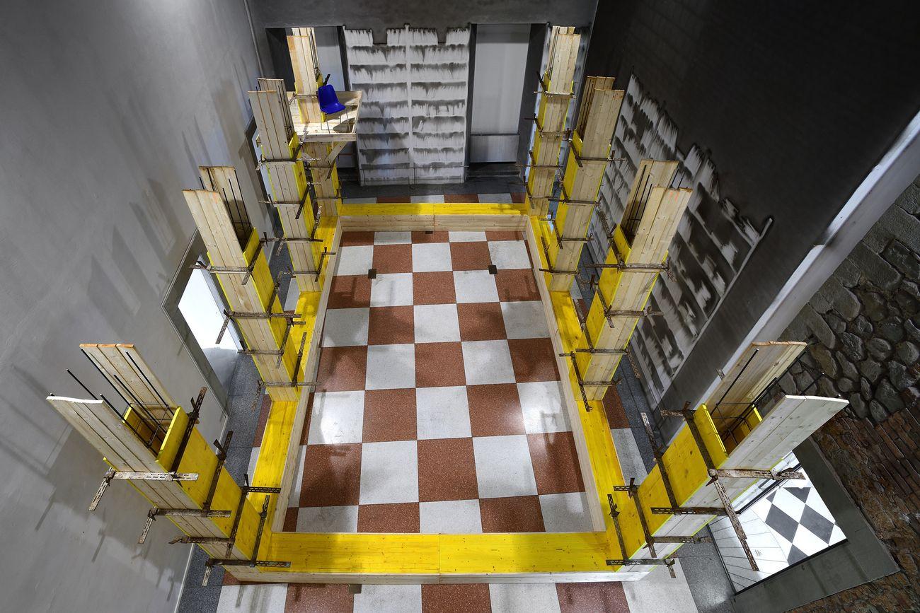Giovanni Termini, Armatura, 2013, legno da carpenteria e ferro. Installation view at Palazzo Fabroni, Pistoia 2021. Photo © Michele Sereni