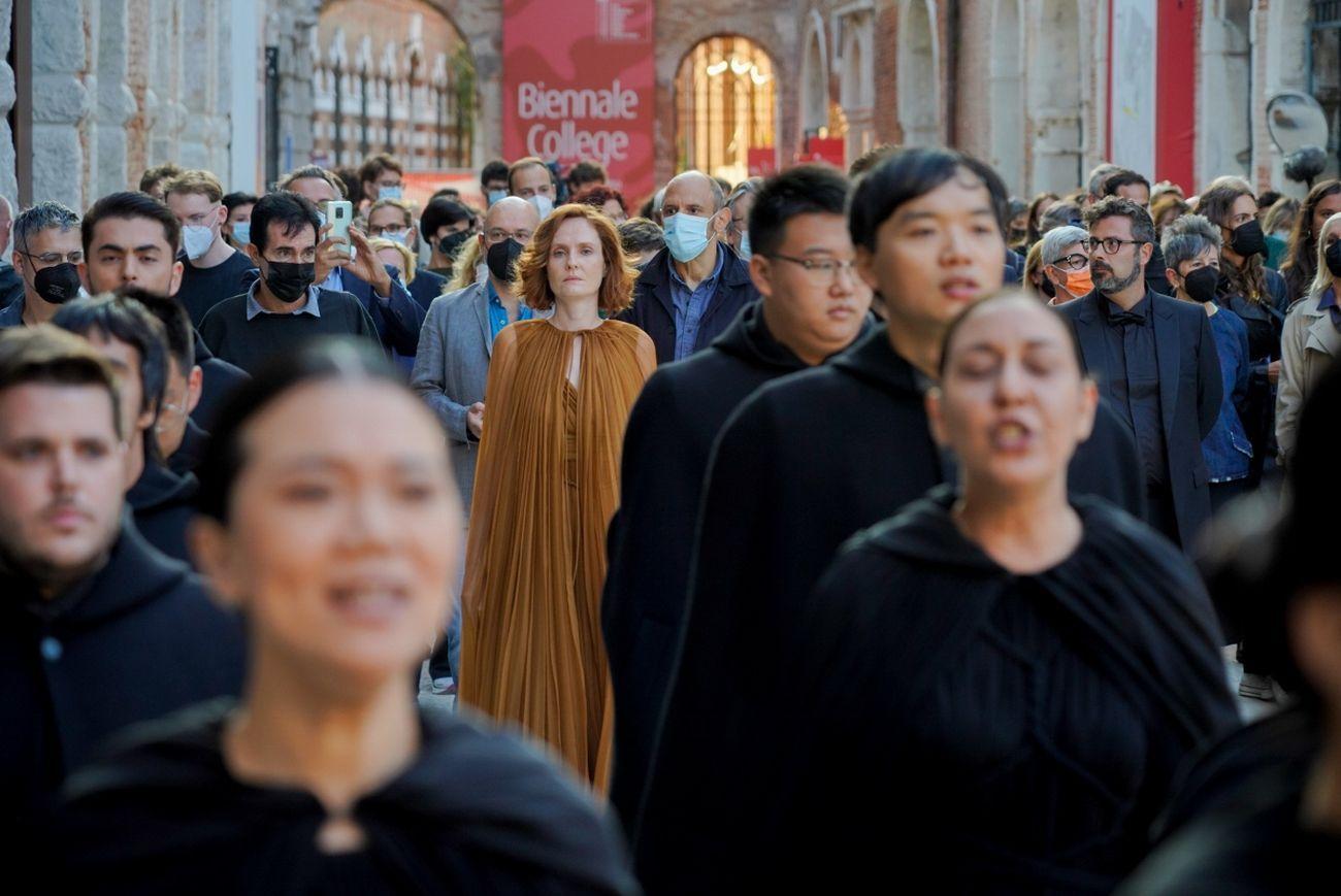 Biennale Musica 2021. Moving still - processional crossing di Marta Gentilucci. Courtesy La Biennale di Venezia © Andrea Avezzù