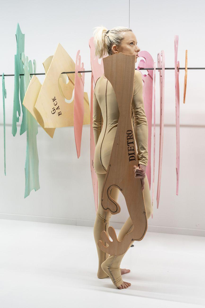 Sissi, Abitare l'altro, 2020, performance, stoffa, legno (Palazzo Bentivoglio, Bologna), Photo Ela Bilalkowska. Courtesy Galleria d'Arte Maggiore
