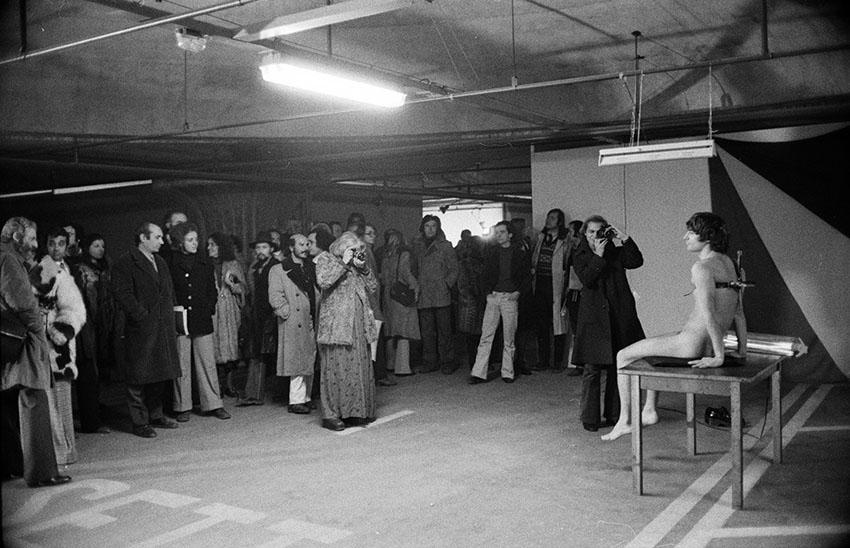 Vettor Pisani, Androgino. Carne umana e ovo, performance con l'attore Giovanni Macchia. Contemporanea, Roma, 1973. Photo © Fausto Giaccone